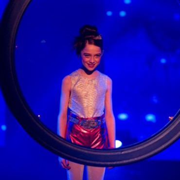 Molly hypnotises audience - still from the movie